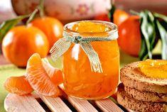 Džem má řidší konzistenci a většinou obsahuje celé kousky ovoce. Marmeláda je tužší a připravujeme ji z hodně vyzrálého ovoce, které buď prolisujeme strojkem na ovoce, nebo rozmixujeme a propasírujeme přes síto. Takže stručně: džem se vaří z celého nebo na kousky nakrájeného ovoce, základem marmelády je ovocný protlak (prolisované ovoce). Ale dost teorie! Přinášíme vám ty nejlepší recepty na džemy a marmelády z naší databáze. Tady jsou.