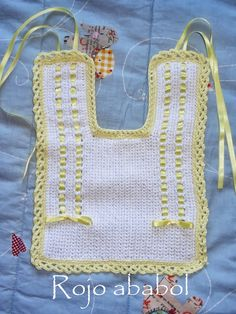 costura, manualidades y muchas ideas Crochet Baby Pants, Crochet Bib, Crochet Fabric, Filet Crochet, Crochet Hats, Baby Bibs Patterns, Crochet Patterns, Baby Shower Gifts To Make, Bib Pattern