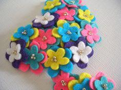 フェルトのカラフルなお花を重ねた髪飾り。 ピンの部分はパチンと留めるスリーピンになっています。 ボリュームがあり存在感あるヘアアクセサリーです。 ◇size:...|ハンドメイド、手作り、手仕事品の通販・販売・購入ならCreema。
