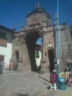 Arco en plaza San Francisco, Cusco, Perú