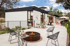 Этот Калифорнийский дом имеет минималистский открытый патио вдохновленный…