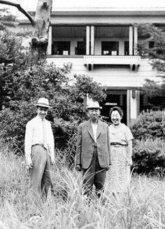 那須御用邸で昭和天皇、香淳皇后と一緒に写真を撮られる皇太子時代の天皇陛下=昭和34年8月、栃木県那須町