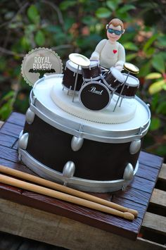 Everything is fondant, supported by toothpicks on a removable board. Tout est fondant, soutenu par des cure-dents sur un tableau amovible. Music Themed Cakes, Music Cakes, Fondant Cupcakes, Cupcake Cakes, Drum Birthday Cakes, Bolo Musical, Drum Cake, 28th Birthday, Novelty Cakes