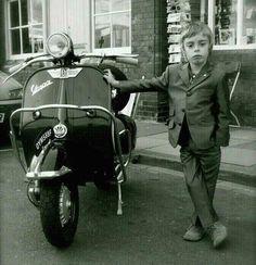 Black and white photo of a kid leaning on a vintage Vespa scooter Piaggio Vespa, Lambretta Scooter, Vespa Scooters, Vespa Ape, Vespa Vintage, Vespa Retro, Retro Bikes, Vintage Italy, Motos Vespa