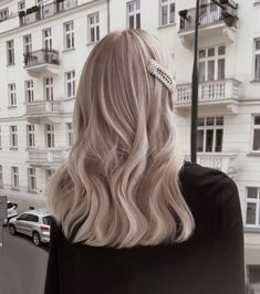 Your Go-To Resource for Natural Beauty Tips and A Sustainable Lifestyle Made in Tuscany! Cool Blonde Hair, Balayage Hair Blonde, Long Bob Hairstyles, Girl Hairstyles, Medium Hairstyle, Layered Hairstyles, Casual Hairstyles, Celebrity Hairstyles, Wedding Hairstyles