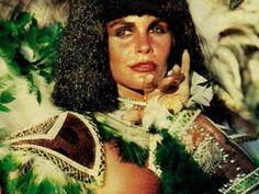 """Monique Evans no enredo 'Tupinicópolis' (Foto: Arquivo Pessoal) Por intermédio de Chacrinha, ela foi apresentada ao carnavalesco Fernando Pinto, que a colocou à frente da bateria, fazendo surgir a figura da """"rainha de bateria""""."""