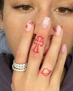 Cute Hand Tattoos, Dainty Tattoos, Pretty Tattoos, Finger Tattoos, Simple Hand Tattoos, Smal Tattoo, 16 Tattoo, Red Ink Tattoos, Mini Tattoos