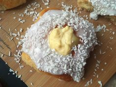 Lavkarbo skolebrød Norwegian Food, Good Food, Yummy Food, Low Carb Keto, Baked Goods, Camembert Cheese, Cake Recipes, Food And Drink, Favorite Recipes