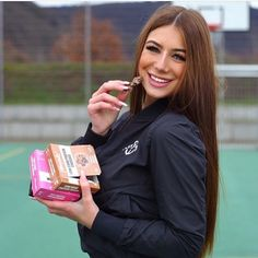 """YUM  @bianca_marie_oeser hat sich den proteinreichen """"perfekten Snack für zwischendurch"""" bereits bei REWE geschnappt und freut sich über den fehlenden Zuckerzusatz #nosugar   #lowcarb #getfit #fitness #yummy #inspiration #germany #snack #fitmealsgermany"""