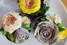 Krémové květiny jsem si oblíbila :). Už jsem je dělala pro dva recepty – Narozeninový dort N. 3a Čokoládové muffiny s květinami. Hodně vás zajímalo jaký krém používám a jak květiny dělám. Nejsem žádný profík, ale udělala jsem pro vás videonávod na tři základní květiny :).  Krém (Swiss meringue buttercream) 4 bílky 100 g … Read More