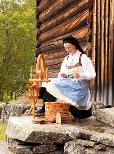 "Similar to my Kromski ""Polonaise"" wheel Spinning Wheels, Spinning Yarn, Hand Spinning, Let There Be Love, Dyeing Yarn, Viking Reenactment, Rumpelstiltskin, Late Middle Ages, Swedish Design"