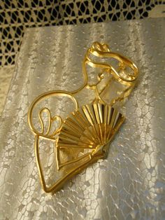 Items similar to Vintage Signed Lady Remington Graceful Lady & Fan Sillouette Brooch - Gold Tone Female Figure Fashion Pin on Etsy Vintage Signs, Brooches, Fan, Gift Ideas, Female, Retro, Trending Outfits, Unique Jewelry, Handmade Gifts