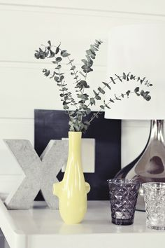 Grijstinten met een kleuraccent Yellow Vase, Pastel Yellow, Mellow Yellow, Candied Lemons, Hallway Ideas, Ghd, Wooden Letters, Dream Rooms, Humble Abode