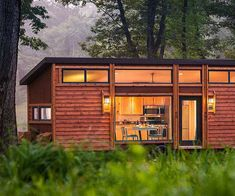 Kelly Davis designs the Escape Traveler and rethinks the tiny house. Source: Talented architect tackles the tiny house and comes up with a mini gem Small Houses On Wheels, Tiny Houses For Sale, Little Houses, Tiny House Movement, Tiny House Living, Small Living, Living Area, Modern Living, Tiny House Design