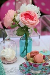 """Para o 2º aniversário da Madalena, a Mamã pediu-nos uma festa Minnie em estilo diferente, Shabby Chic. O resultado foi uma festa linda, cheia de pormenores decorativos em tons suaves e românticos de azul claro, rosa, verde água ebege, reflectidos no estacionário, arranjos florais e na loiça. A mesa de festa, decorada com """"tutu"""", estava recheada com os maisirresistíveis doces e sobremesas a copo, com colheres personalizadas! A mesa de bebidas também teve decoração a condizer. E o mais…"""