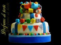 torta in pasta di zucchero a due piani con fiocco multicolore