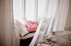 Zawieszenie tekstyliów, aby stworzyć łóżko z baldachimem to pierwszy krok do wystroju sypialni jak z marzeń sennych.