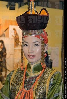 Mujer de Mongolia, con ropa tradicional, Ulan Bator, Mongolia