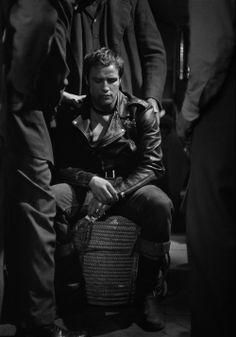 """Marlon Brando en el rodaje de """"Salvaje"""", 1953, por Phil Stern"""