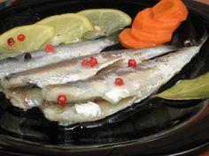 Sardina se curăţă de solzi şi intestine, se taie capetele şi se spală foarte bine cu apă rece. Sardinele se aşează într-un vas şi peste ele se toarnă oţetul şi zeama de lămâie. Se lasă la marinat timp de 2 ore. După cele 2 ore, se scot sardinele din oţet, se spală şi se pun pe hârtie… Romanian Food, Sardinia, Pesto, Fish, Chicken, Cooking, Ethnic Recipes, Dan, Kitchen