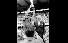 Em 29 de junho de 1958 #Bellini foi eternizado  por ter sido o  primeiro jogador  de levantar a taça de #campeão.  Gesto que foi copiado até  por outros esportes.  São poucas as pessoas no mundo que podem se orgulhar de ter criado algo seja um produto uma fórmula um objeto e até mesmo um gesto. Assim como surgiu o cumprimentar de mãos o abraço o beijo no rosto Hideraldo Luís Bellini pode se orgulhar de ter feito pela primeira vez um movimento que alegra dos mais jovens aos mais idosos do…