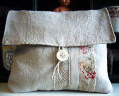 Motivée,j'ai taillé dans mes pièces de tissu teintes pour fabriquer ce sac réversible et sa petite pochette . Dans la foulée une pe...