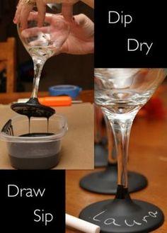 Weingläser in Schultafel Farbe tunken und mit Namen beschriften. So vergisst niemand mehr von wem welches Glas ist. Ideal für jede Party.