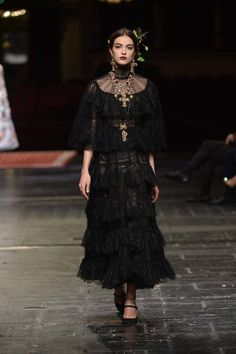 See all the Dolce & Gabbana Alta Moda Haute couture Spring/Summer 2016 photos on Vogue. Moda Fashion, Fashion Week, High Fashion, Fashion Show, Womens Fashion, Fashion Design, Baroque Fashion, Fashion Fashion, Luxury Fashion
