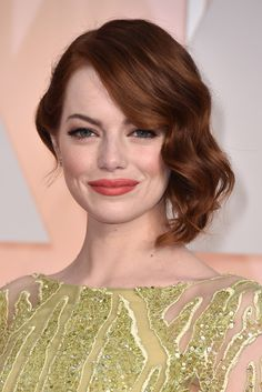 Beautiful Emma Stone with her Hollywood waves to one side - super stylish and super 'Hollywood'. Oscar Hairstyles, Evening Hairstyles, 2015 Hairstyles, Retro Hairstyles, Emma Stone Makeup, Emma Stone Hair, Emma Stone Oscars, Emma Stone Red Carpet, Shoulder Hair