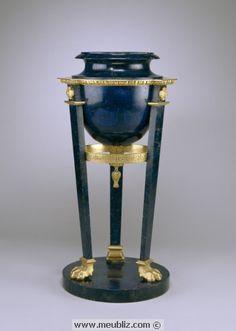 ATHENIENNE en marbre et bronze doré : meuble antique copié pendant l'Empire. Il s'agit d'un brûle-parfum composé de trois montants droits inclinés supportant une urne, reposant sur un socle circulaire.