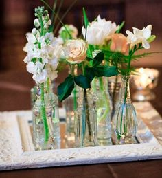23 arranjos de flores para deixar qualquer ambiente mais especial: 2- Arranjos pequenos. Menos é mais. Essa máxima faz todo o sentido quando se usa pequenas garrafas ou frascos de perfume para dispor ramos de flor pela casa.