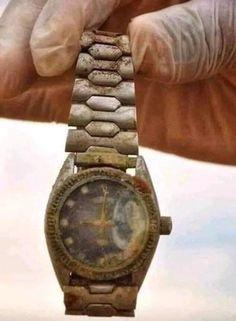 """Egy apa, mielőtt meghalt, ezt mondta a fiának: """"Ez az óra több mint 200 éves, és még a nagyapád adta nekem. De mielőtt neked adom, kérlek, menj el vele az óráshoz, és kérdezd meg tőle, hogy ha eladnám neki, mennyit adna érte?"""" A fiú elment, majd visszajött és ezt mondta: """"Az órás 5 dollárt ajánlott, mivel régi, ócska."""" Az apa azt mondta: """"Most menj el a kávézóba, és ott kérdezd meg!"""" Kisvártatva visszatért: """"Ott is 5 dollárt ajánlottak érte, édesapám."""" Az apa ezután ezt kérte: """"Most menj el… The Watch Shop, Jeff Jones, Fathers Say, Knowing Your Worth, Mothers Love, Gold Watch, Jewelry Stores, Coffee Shop, Bracelet Watch"""