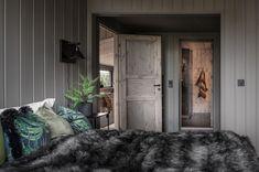 BUD MOTTATT! Spektakulær utsikt fra Fageråsens fineste tomt. Totalrenovert hytte der alt er tenkt på. | FINN.no Oversized Mirror, Rustic, House, Furniture, Home Decor, Country Primitive, Home, Haus, Farmhouse Style