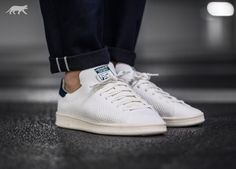 Modern technology meets a legacy in the Stan Smith OG PK. The clean court classic aces comfort with a full adidas Primeknit upper for an ultra-flexible, breathable sock-like fit. Styled with the same heel tab colours from 2014, the shoe comes with a so