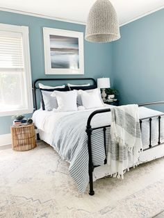 Add a coastal vibe and elevate your bedroom this summer with soft linen bedding in striped in blue! Linen bedding: MagicLinen, photo credit: palmandprep.com