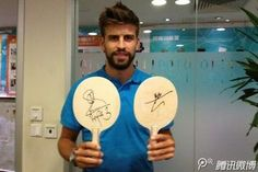 Football star Gerard Pique has already showed the world that he likes table tennis. However we never thought that he is a fan of a Chinese table tennis player. Last July 29, Pique posted a photo on his Weibo showing off a present he got from no other than the world champion Wang Hao. The present was a set of paddles with Wang Hao's autograph. In his account, Pique actually thanked Wang Hao for the present and that he really likes it.