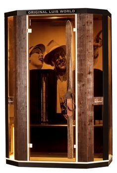 Eine der besonderen Editionen: Die Luis Trenker Edition mit gebürstetem Holz, einem Ski aus den 30er Jahren und einem originellen Luis Trenker Bild auf die Rückwand der Kabine gedruckt... der Berg ruft!