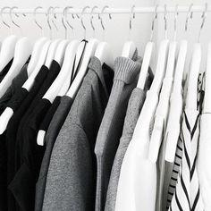 Perchas de madera color blanco. Elegancia en tu vestidor. www.mimaniqui.es