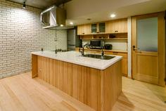 株式会社 アポロ計画 リノベエステイト事業部 の モダンな キッチン 無垢材のアイランドキッチン