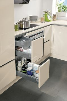 Space-saving base unit organisation in only 30 cm width with internal drawers for cutlery, etc.