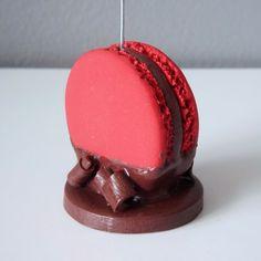 Porte-photo Macaron Framboise et Chocolat : Accessoires de maison par BleuetClaymentine  http://bleuetclaymentine.alittlemarket.com/