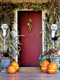 Try these spooky and fun DIY Halloween party ideas for your next bash. These best Halloween party decoration ideas will definitely stun your guests—candy corn bunting and morgue door décor, anyone? Deko Halloween Party, Halloween Veranda, Halloween Porch Decorations, Outdoor Halloween, Holidays Halloween, Halloween Crafts, Outdoor Decorations, Chic Halloween, Vintage Halloween