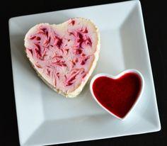 """Naturlig proteinrik """"ostekake"""" toppet med bringebærsaus - For en frokost! (Bakekona)"""