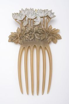 Art Nouveau jewellers styled fashionable pieces for their elite clients. Find out more in our Art Nouveau exhibition. Bijoux Art Nouveau, Art Nouveau Jewelry, Vintage Hair Combs, Vintage Jewelry, Famous Art, Hair Ornaments, Museum, Vintage Handbags, Horns