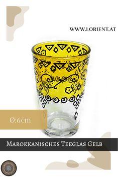 Was wäre die marokkanische Teezeremonie ohne kunstvoll bearbeitete Teegläser? Lange nicht so inspirierend!- deshalb gibt es bei uns wundervolle Dekors auf buntem Grund. Oder schlichte Teegläser mit marokkanischen Metellverzierungen, deren Herstellung wahrlich Fingerspitzengefühl voraussetzt. #marokko #design #fes #marrakesch #handgemacht #teeglas Fes, Pint Glass, Tableware, Design, Marrakech, Morocco, Inspirational, Dishes, Dinnerware