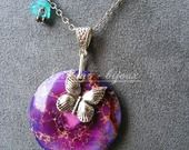 collier pierre de jaspe violet/rose ( sédiment de mer ) , papillon et fleur .Pièce unique : Collier par lilicat