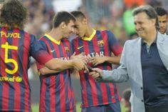Puyol pasa el micro al Tata durante la presentación del equipo la temporada 2013-2014