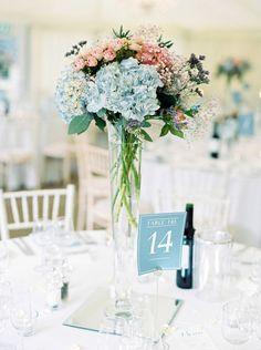 Centros de mesa con florero trompeta y flores de colores azul serenidad y rosa cuarzo. #CentrosDemesaCali