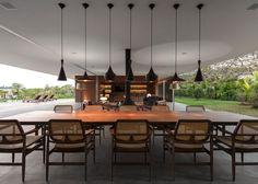 ブラジル サンパウロを拠点とした建築設計事務所Studio MK27によるLee邸は、サンパウロ郊外の広大な敷地を横切るように配置された平屋住宅です。