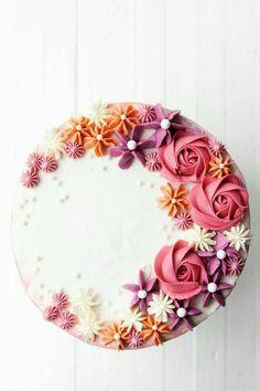 Buttercream Flower Cake, Buttercream Frosting, Buttercream Birthday Cake, Fondant Flower Cake, Cake Fondant, Ruffle Cake, Fondant Figures, Cake Decorating Techniques, Cake Decorating Tips